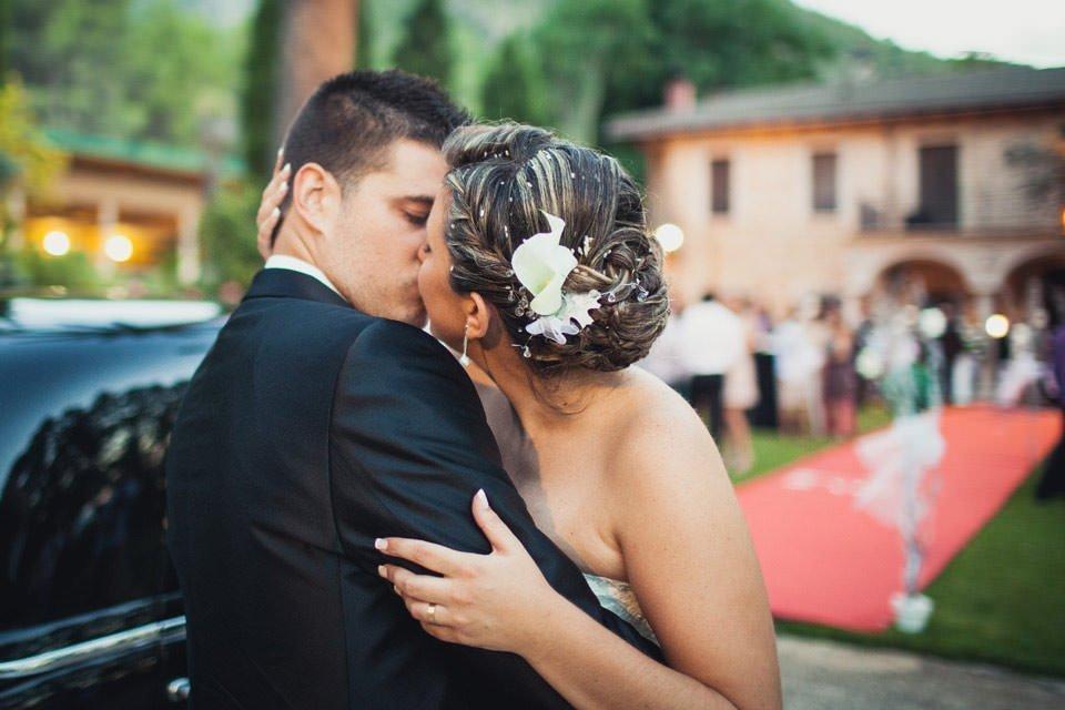 los novios se besan apasionadamente durante su reportaje de boda en Ca Pareja de canals