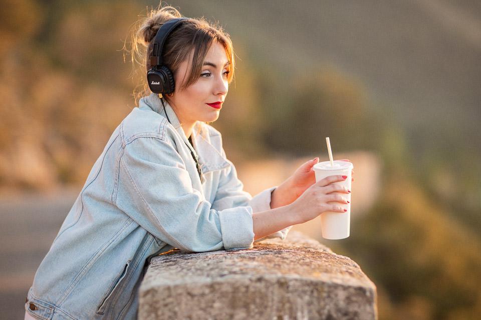 Chica joven escuchando el podcast de bodas - Pedro Talens Fotógrafo de bodas